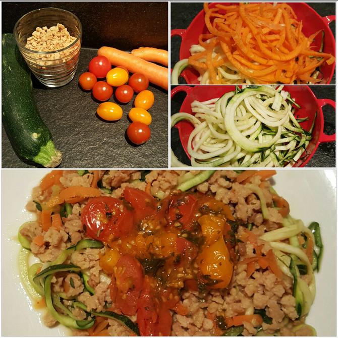 Low-Carb Gemüsespagetti mit Soja Schnetzel