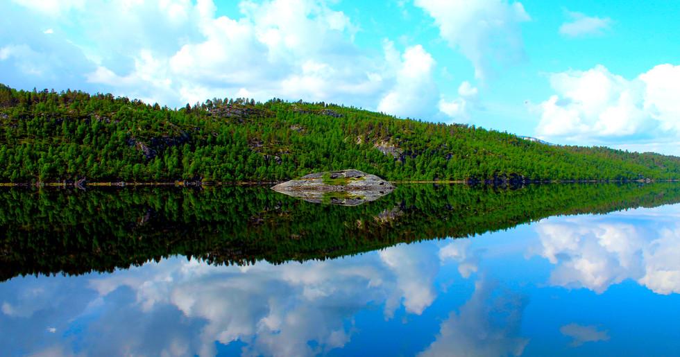Ein Campingplatz mit Spiegel