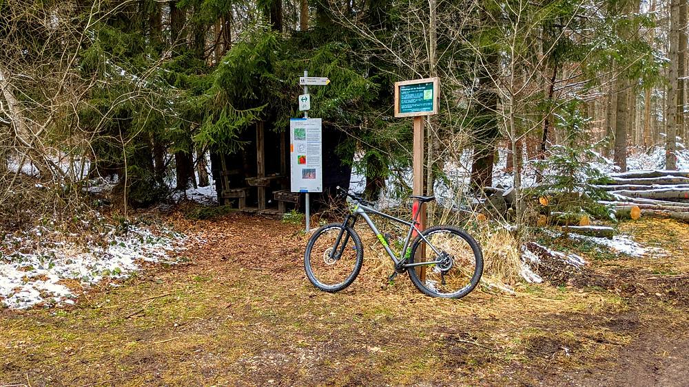 Auf der Strecke, die man gut mit dem Mountainbike zurücklegen kann, gibt es auch einen kleinen Rastplatz nahe einer alten Burgruine