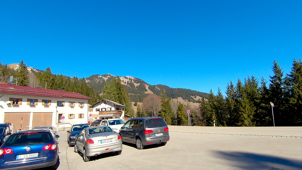 In der Mitte ist das Wildalpjoch zu sehen und auf der rechten Seite die Kaserwand vom Parkplatz