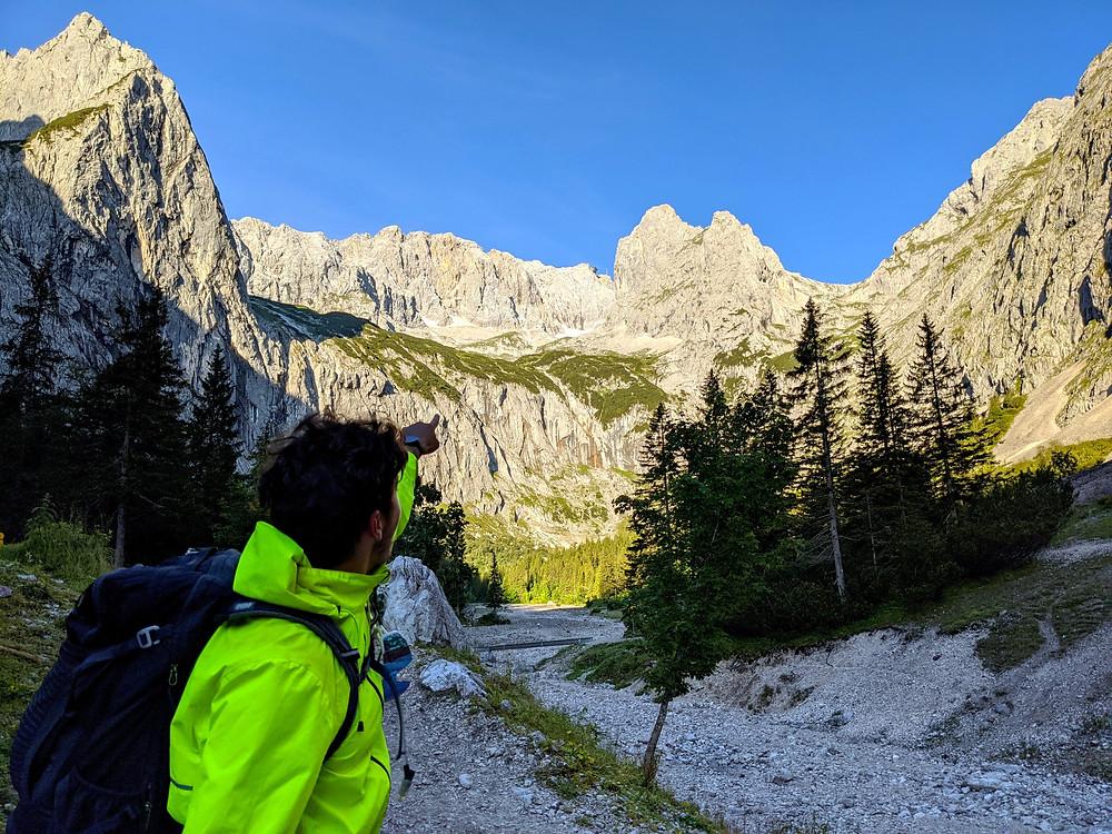 Blick von der Höllentalangerhütte auf die Zugspitze