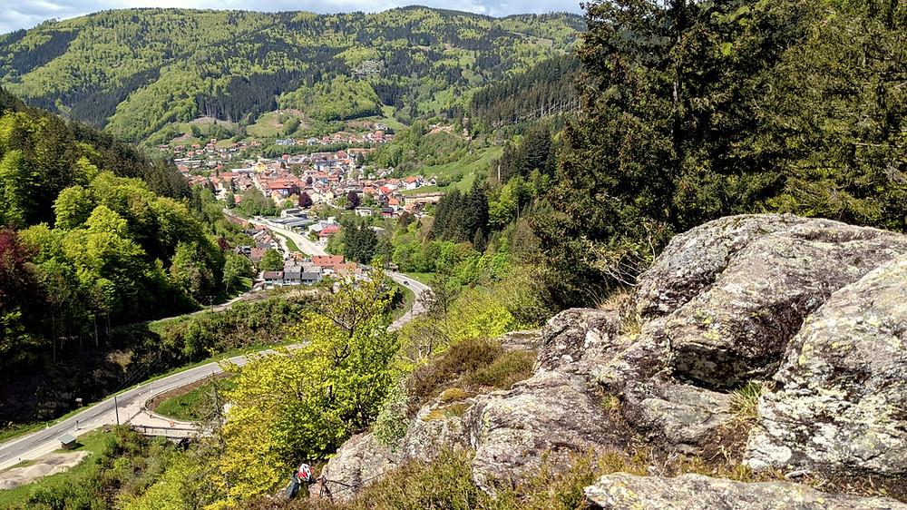 Aussicht auf Todtnau vom Kletterfelsen im Todtnauer Klettersteig