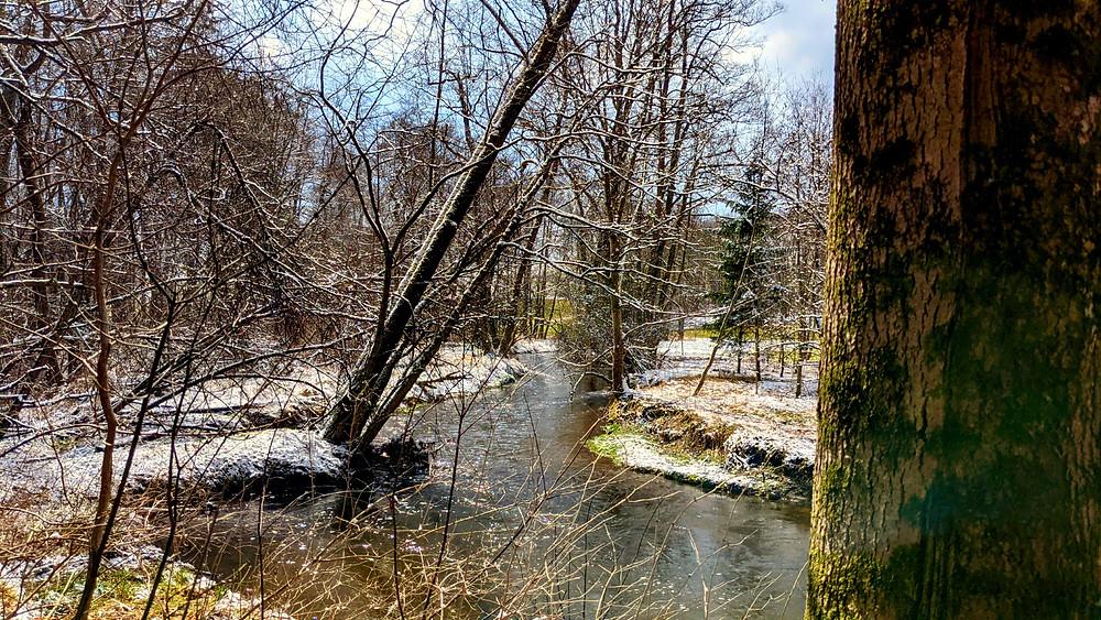 Der Fluss Windach im Frühling, an dem der Wanderweg entlang führt.
