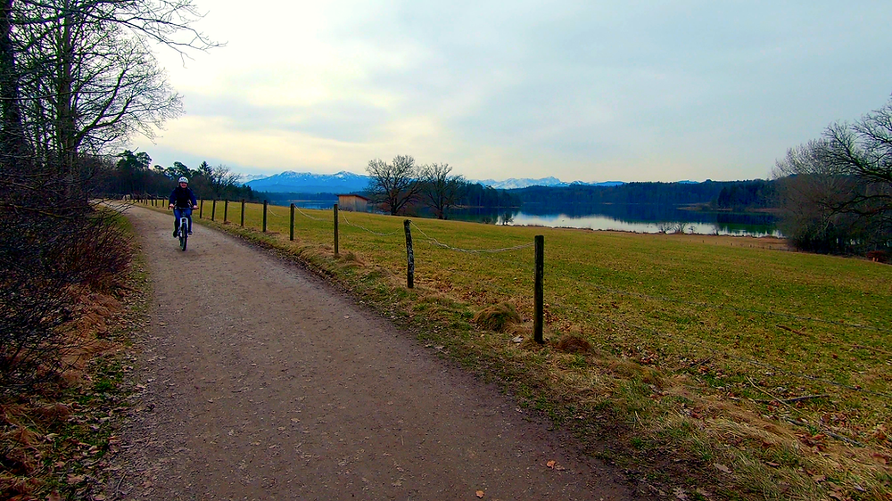 Der Radweg entlang des großen Ostersees