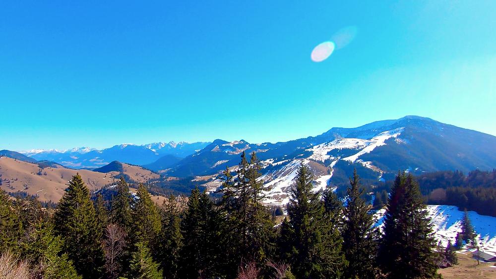 Sonniger Ausblick auf das Sudelfeld und auf die Chiemgauer Alpen bei Wanderungen im Frühling