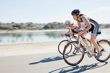 Las mujeres Biking del camino