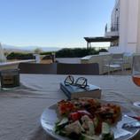 Lunsj på terrassen.  Skyggefullt og svalt under pergolaen