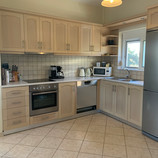 Funksjonelt og godt utstyrt kjøkken. Ovn, kjøl/frys, oppvaskmasking, mikrobølgeovn, kaffetrakter mm. Bare å kose seg :-)