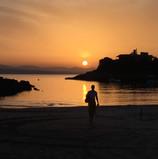Solnedgang ved Tersanas-stranden. Et kveldsbad i svalende og rent vann....?