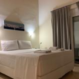 Soverom med dobbeltseng (bredde 160cm), god og stor garderobe og utgang til stor balkong og liten luftebalkong. Ny AC 2020.