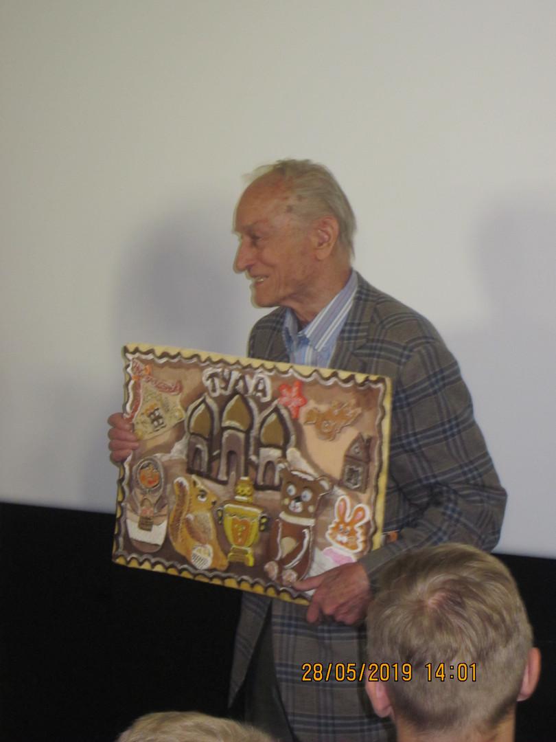 Ножкин М.И. с подарком тульских школьник