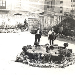 Imatge de l'antic pati del passatge Alcover que posteriorment acolliria la pista esportiva. Ara aquí hi juguem a bàsquet.