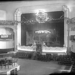 El saló del teatre al Carnaval de 1924. Observeu l'espai per als músics al centre de la sala.