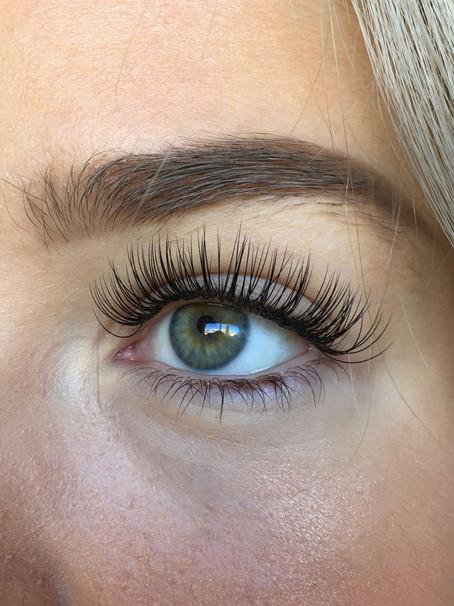 What causes Eyelash Extension glue allergy?