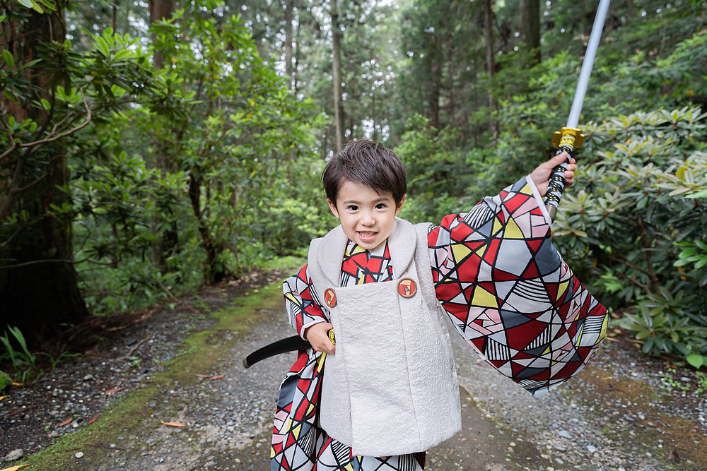 浜松のカメラマンが小國神社で撮影した七五三の刀を持つ3歳の男の子