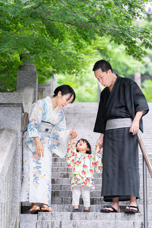 浜松のカメラマンが撮影した法多山尊永寺の階段を降りる浴衣姿のファミリーロケーションフォト。
