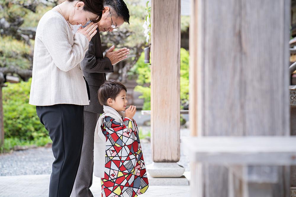 小國神社で浜松のカメラマンが撮影した七五三御詣りをする家族写真