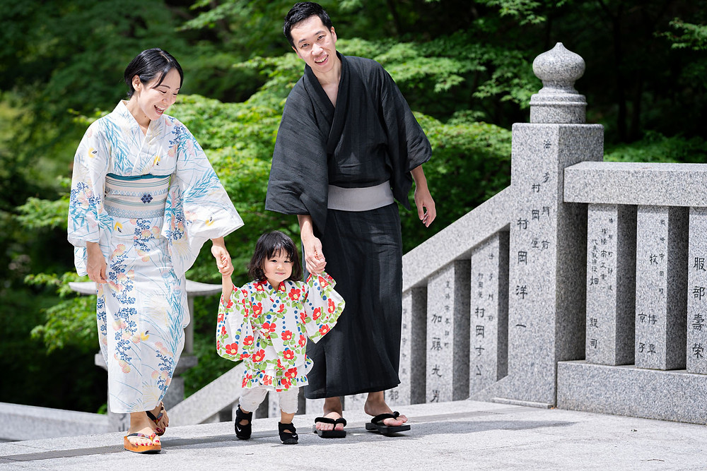 浜松のカメラマンが撮影した法多山尊永寺の階段を上る浴衣姿のファミリーロケーションフォト。