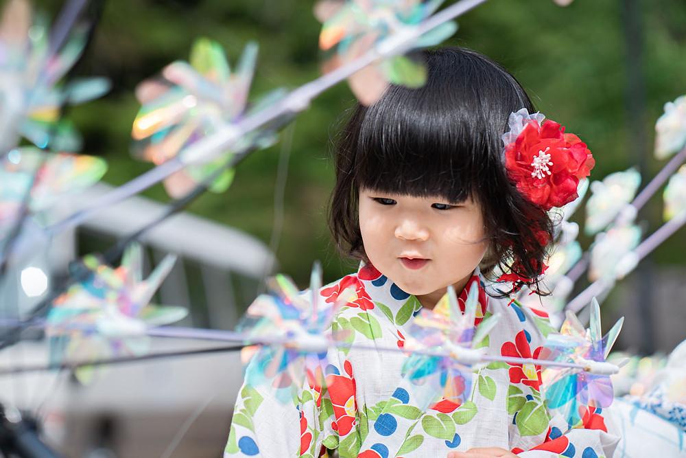 浜松のカメラマンが撮影した法多山尊永寺での2歳の女の子の浴衣のファミリーロケーションフォト。
