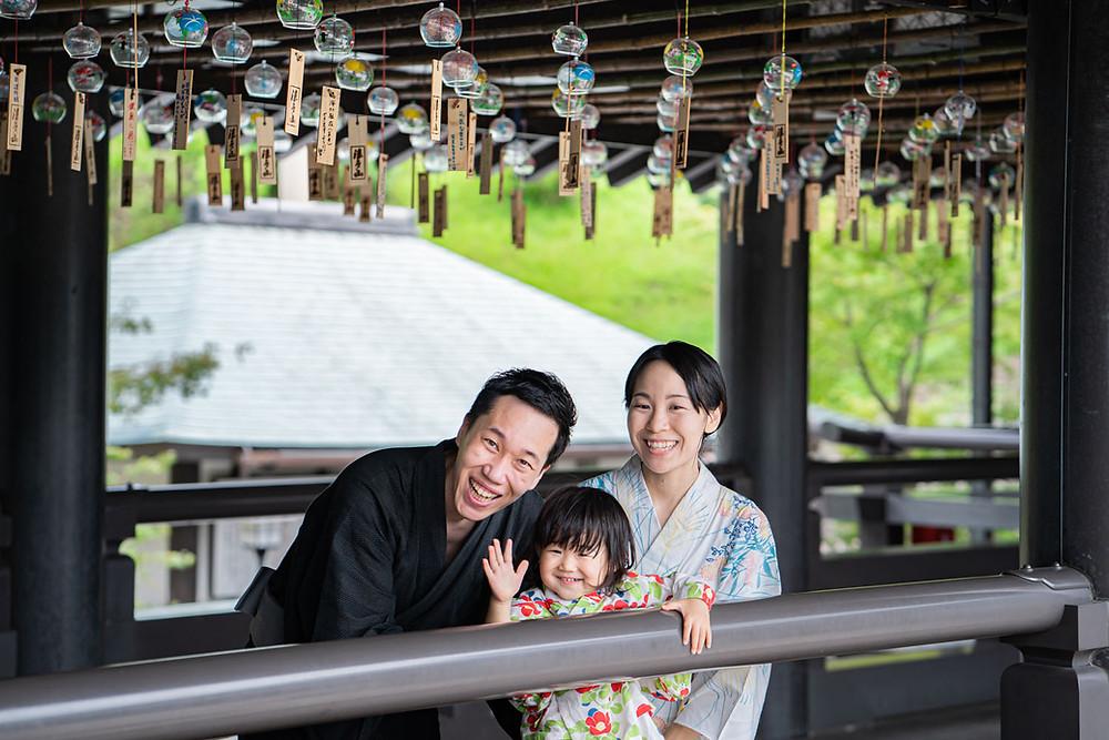 浜松のカメラマンが撮影した法多山尊永寺の風鈴まつりでの浴衣姿のファミリーロケーションフォト。