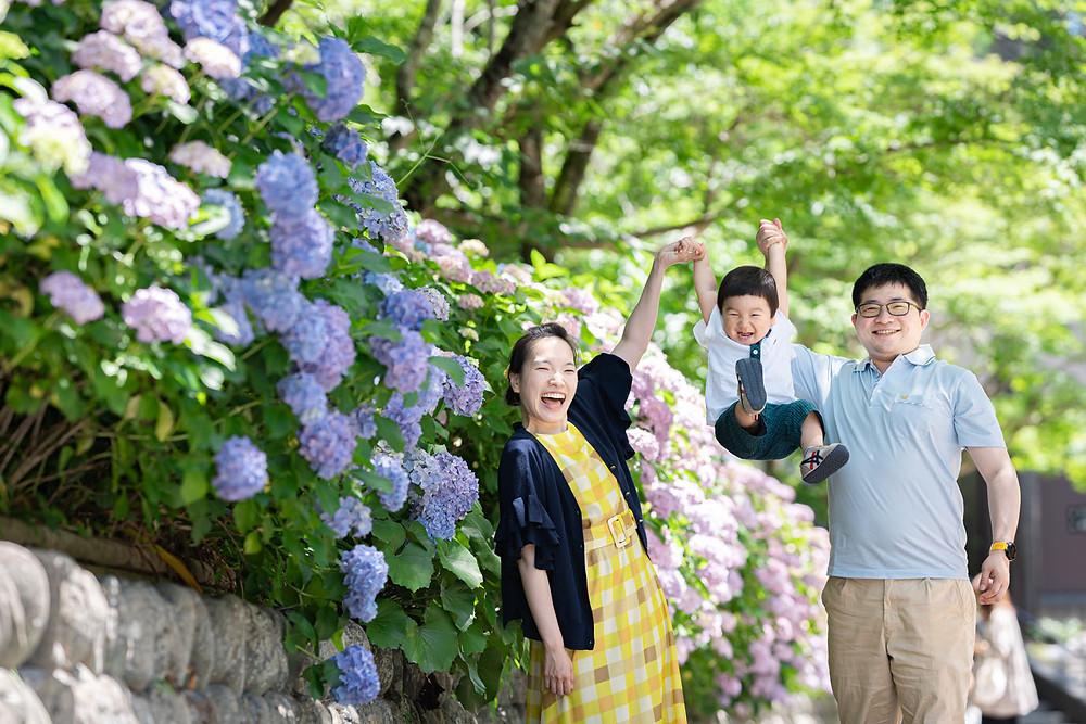浜松のカメラマンが法多山尊永寺にて紫陽花と一緒に撮った家族写真