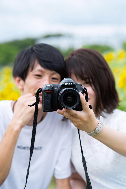 浜松のカメラマンが撮影した浜名湖ガーデンパークのひまわり畑でのカップルフォト。