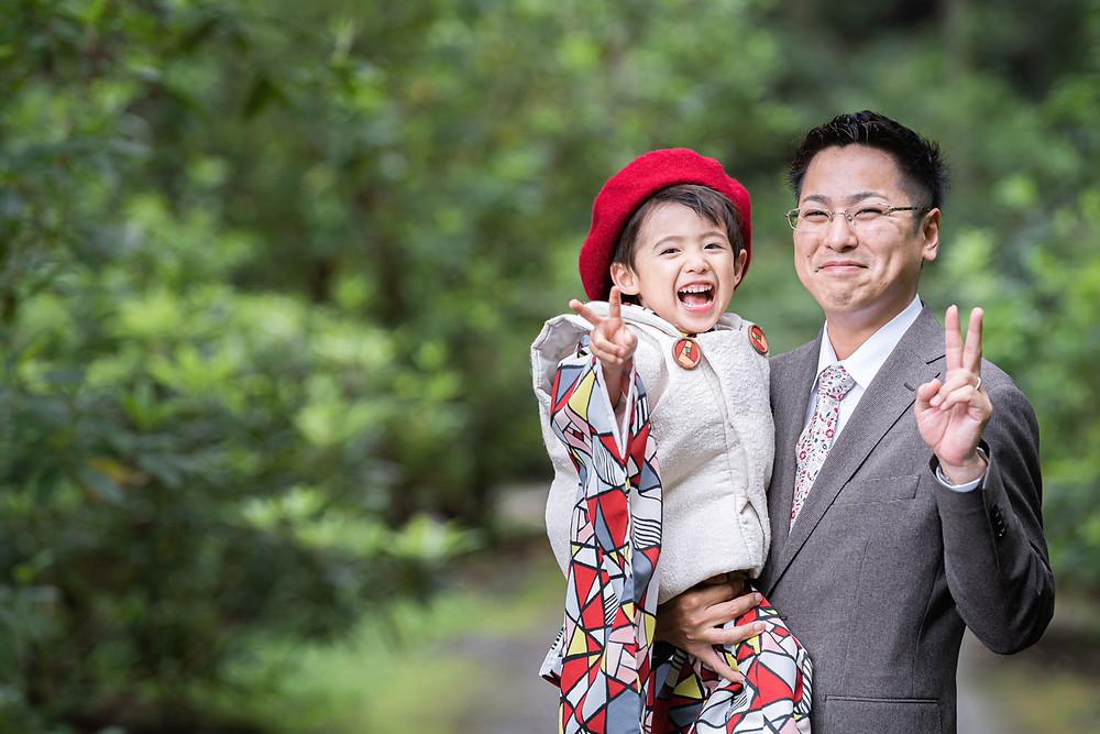 浜松のカメラマンが小國神社で撮影した七五三詣りの3歳の男の子とお父さんの写真