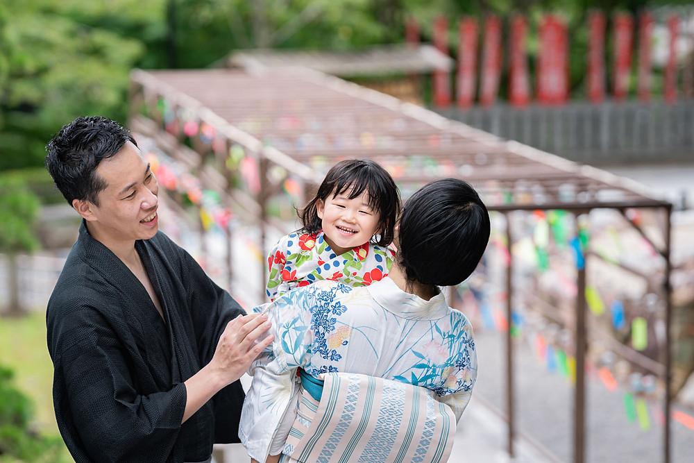 浜松のカメラマンが撮影した法多山尊永寺の風鈴まつりを楽しむ浴衣姿の女の子の家族のファミリーロケーションフォト。