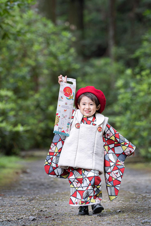 浜松のカメラマンが小國神社で撮影した千歳飴を持った3歳男の子の七五三詣りの写真