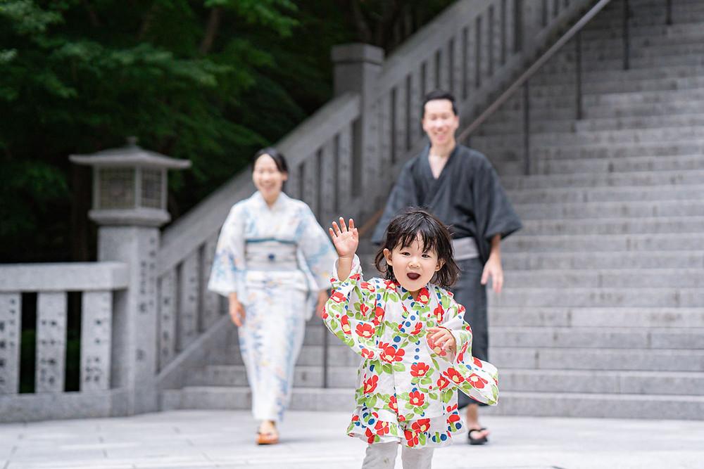 浜松のカメラマンが撮影した法多山尊永寺の階段を走る女の子の浴衣姿のファミリーロケーションフォト。