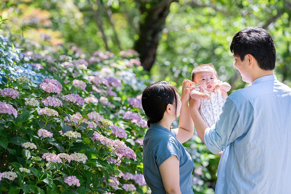 浜松のカメラマンが法多山尊永寺にて紫陽花と一緒に撮った赤ちゃんを抱っこする家族写真