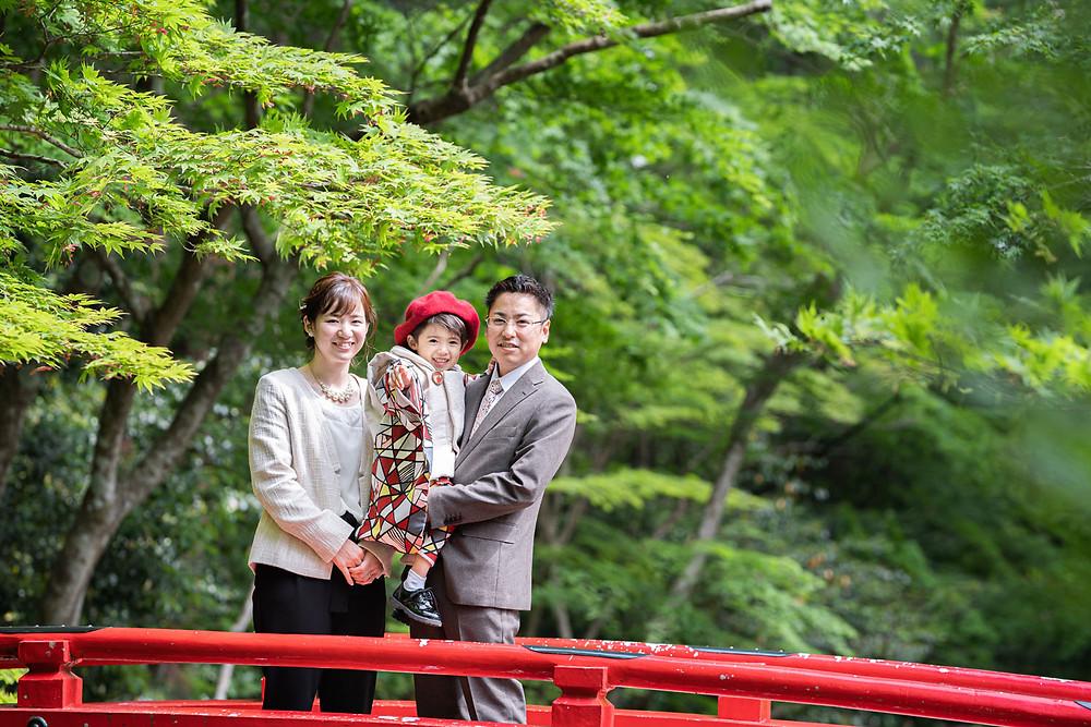 浜松のカメラマンが撮影した小國神社で七五三の御詣りをする家族写真