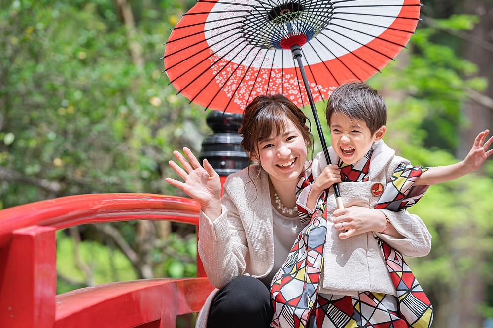 浜松のカメラマンが小國神社で撮影した七五三の和傘を持つ3歳の男の子とお母さん