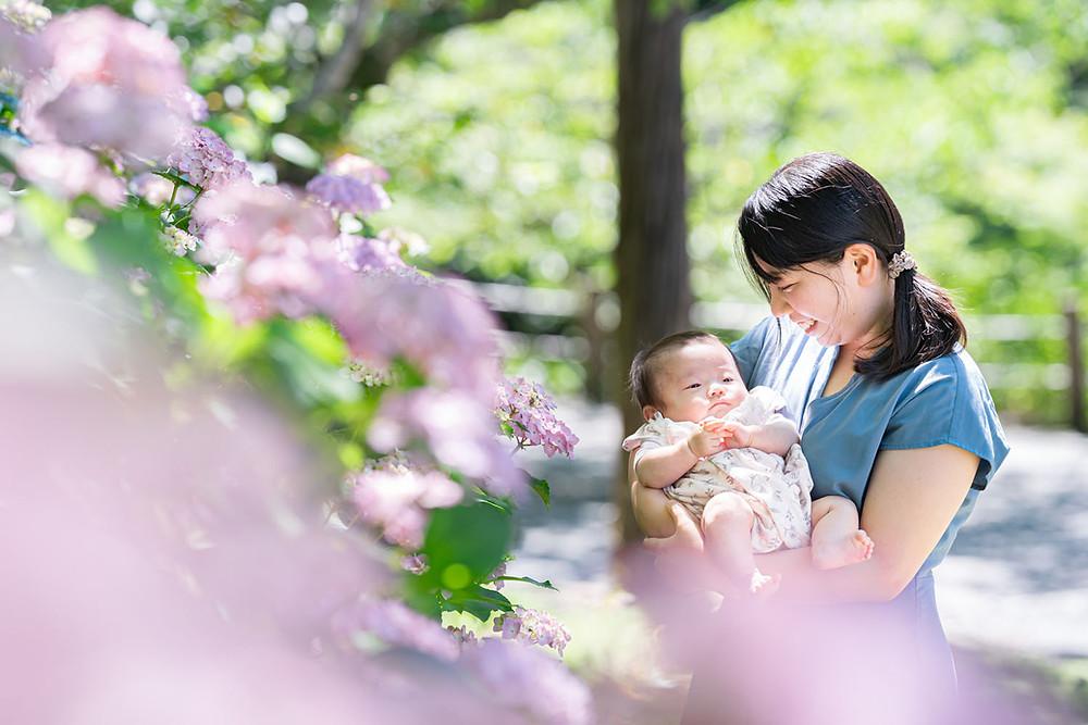 浜松のカメラマンが法多山尊永寺にて紫陽花と一緒に撮った赤ちゃんとお母さんの写真
