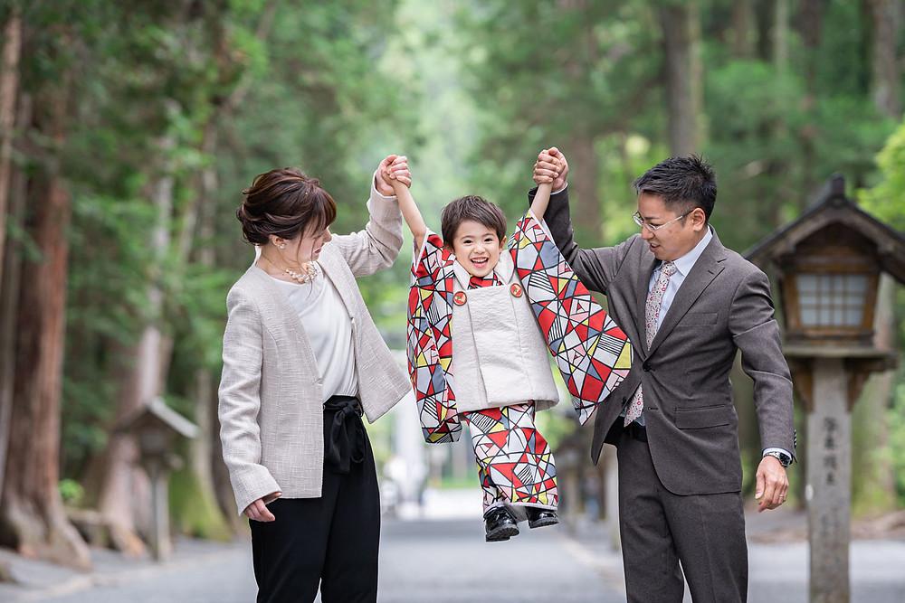 浜松のカメラマンが小國神社で七五三御詣りをする3歳の男の子の家族写真