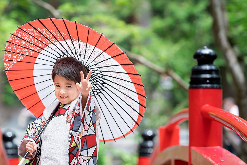 浜松のカメラマンが小國神社で撮影した七五三の和傘を持つ3歳の男の子