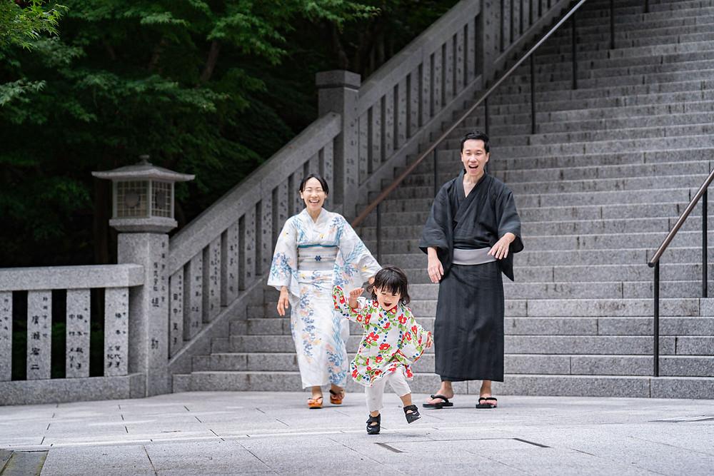 浜松のカメラマンが撮影した法多山尊永寺の階段を歩く浴衣姿のファミリーロケーションフォト。