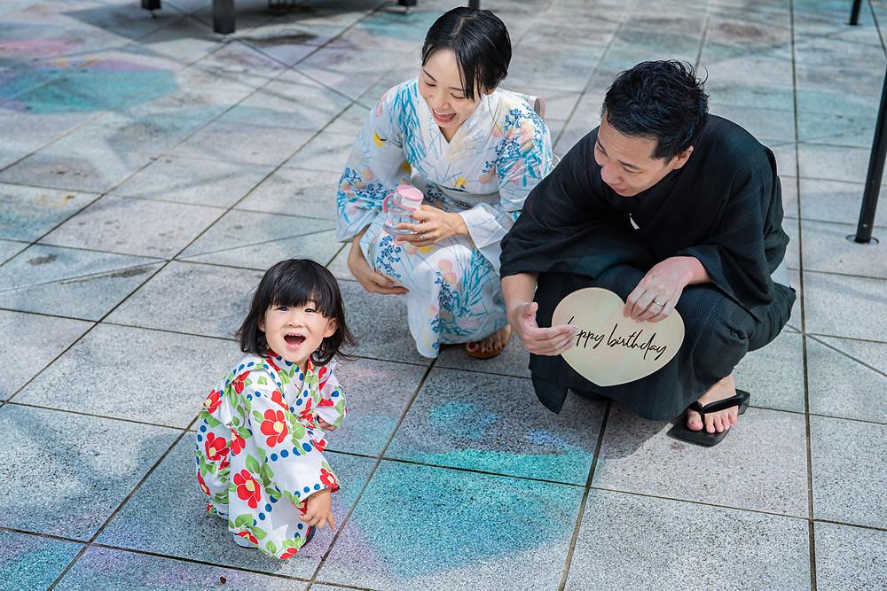 浜松のカメラマンが撮影した法多山尊永寺のスカイアンブレラでの浴衣のファミリーロケーションフォト。