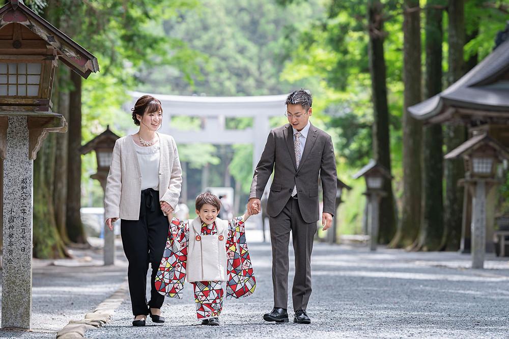 浜松のカメラマンが撮影した七五三詣りで小國神社の参道を歩く親子写真