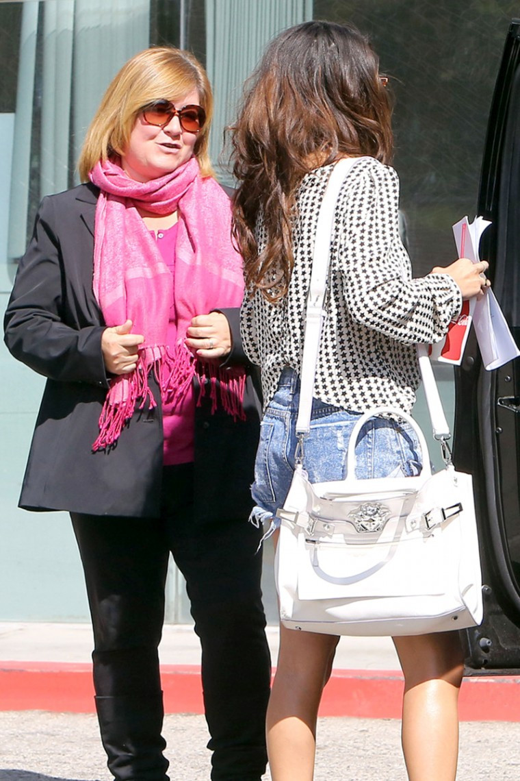 Selena-Gomez-In-Daisy-Dukes-Gets-Served-Court-Papers-Out-In-Los-Angeles-05-760x1