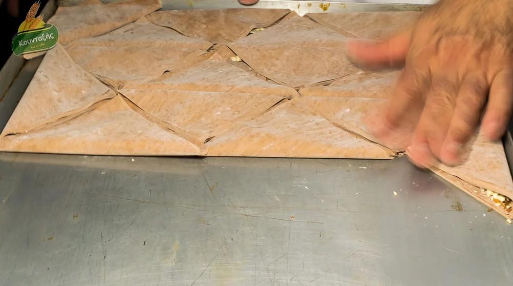 Τρίγωνο με φύλλο κακάο, αμύγδαλα και άχνη