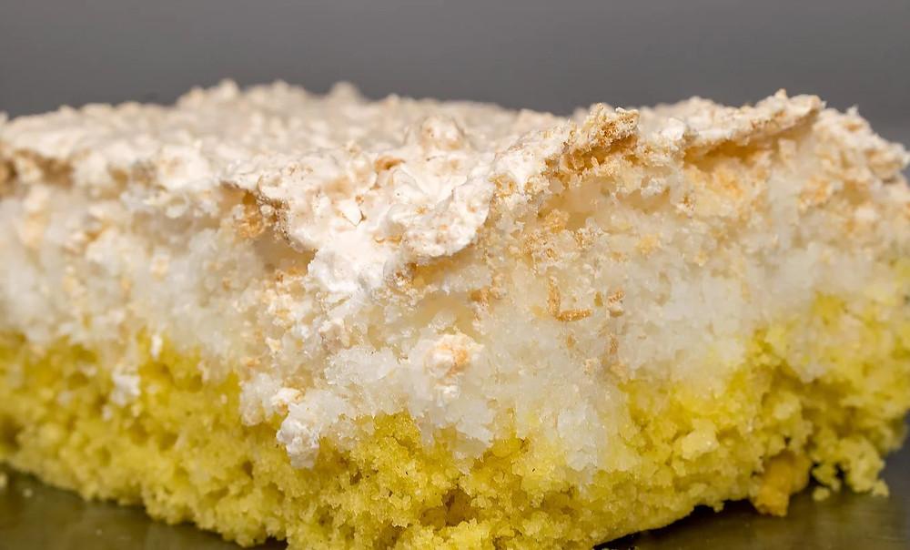 Γερμανικό αφράτο κέικ με μαρέγκα ινδοκάρυδου