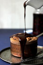 Σουφλέ σοκολάτας με ρούμι και σάλτσα σοκολάτας