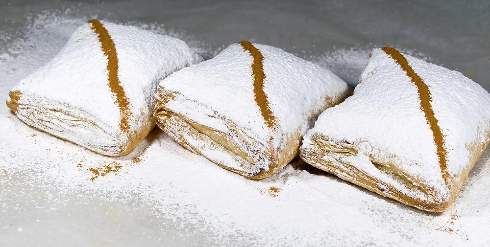 Μπουγατσάκια με σφολιάτα και κρέμα σιμιγδαλιού