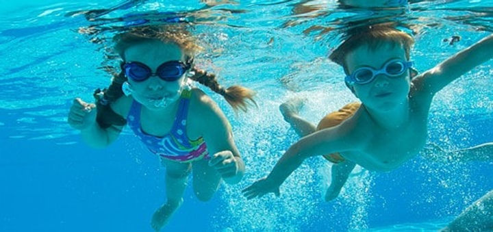 水中撮影のゴーグルをつけた女の子-min.jpg
