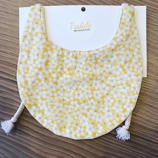 Babero amarillo flores