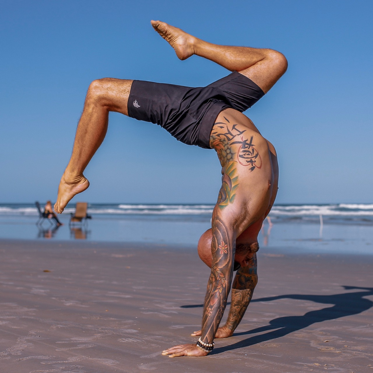 Hollowback Handstand