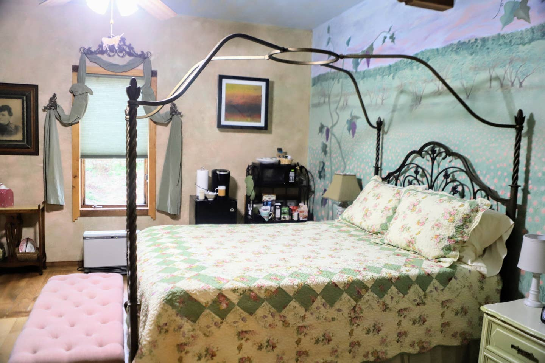 Queen Bed Francesca Magnolia Room