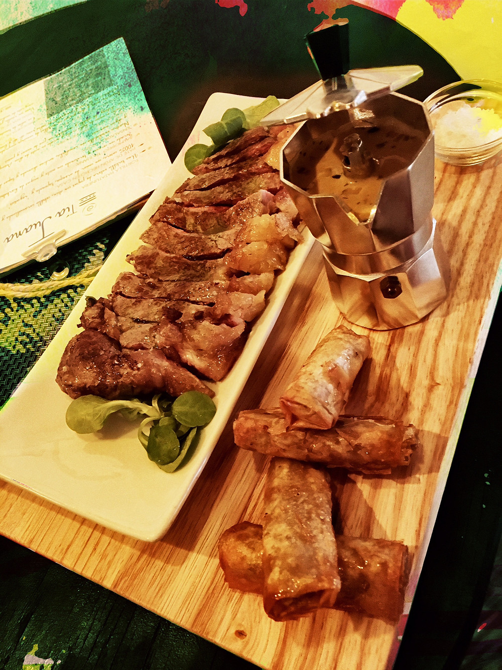 Lomo bajo de buey con salsa café de París y rollitos crujientes de setas.