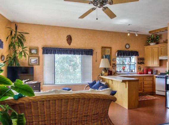 Laureles Grade, Upstairs Guest house